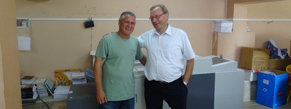Jan Haeser en drukker Nandy Quesada, voor de drukmachine in Oliver.