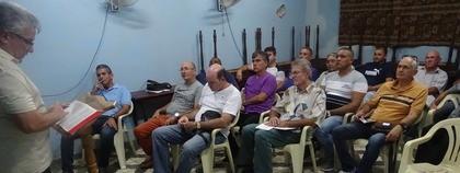 Ds. Hector Bermudez leidt de Bijbelstudie met de mannen.